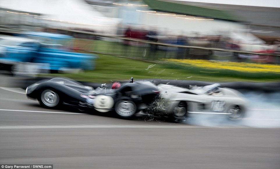 Espectadores vêem o acidente entre o Mercedes conduzido por Jochen Mass a entrar na traseira do Jaguar na saída da chicane