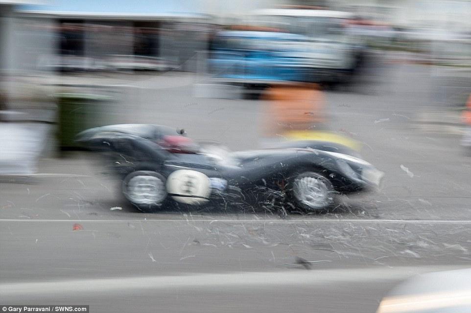 O Jaguar saiu igualmente em mau estado do acidente tendo ficado com a traseira destruída além dos danos visiveis nos dois eixos
