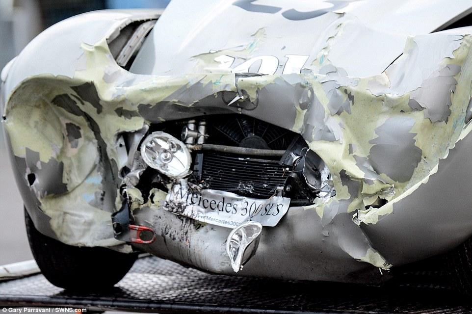 Os stewards foram incapazes de mover o Mercedes, tendo sido necessário a utilização da grua e um reboque para a sua remoção da pista